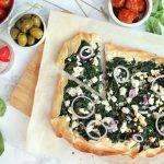 Pizza van filodeeg met feta en spinazie