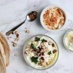 Labneh (dip van yoghurt) met chiliflakes, hazelnoot of komijn