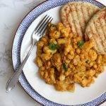 Curry met bloemkool, kerrie, kikkererwten en naan