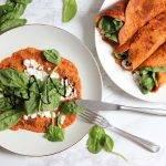 Paprikapannenkoeken met hüttenkase, spinazie en balsamico