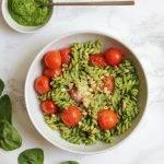 Pasta pesto (zelfgemaakte van spinazie) met cherrytomaten