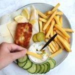 Fish and chips (van goedkope kabeljauw) met tartaarsaus