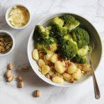Gebakken gnocchi met gezouten roomboter, pistache en broccoli