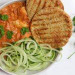 Indiase butter chicken met komkommer en naanbrood