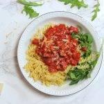 Pittige pasta all'arrabiata met rucola en chorizo