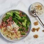 Pasta met walnootsaus met crème fraîche, spekjes en broccoli