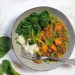 Indiase dahl curry met linzen, zoete aardappel en spinazie