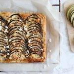 Plaattaart van bladerdeeg met aubergine, feta en honing
