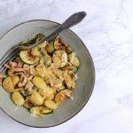 Gebakken gnocchi met roomsaus, spekjes en gegrilde courgette