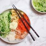 Sushi bowl met garnalen, ei, zure wortel en wasabimayonaise