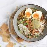 Snelle soto soep met taugé, gebakken uitjes en een eitje