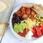 Mexicaanse bowl met gekruide kip, guacamole en veel groente