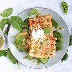 Hartige wafels met pesto, kaas en spinazie
