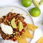 Chili con carne met limoen, crème fraîche en chips
