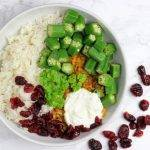 Gele curry met okra, cranberry en linzen