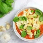 Zelfgemaakte tomatensaus met gebakken gnocchi