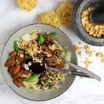 Mie met wokgroente, pittige tofu en zoete sojasaus