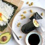 Sushiritto (sushirol) met zalm, mango en wasabimayo