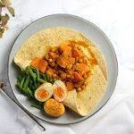 Vegetarische roti met zoete aardappel, kikkererwten en gefrituurd ei