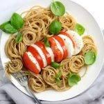 Simpele pasta caprese met volkoren spaghetti