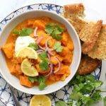 Oranje curry met pompoen, zoete aardappel en naan