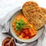 Curry met tomaat, kokos, mangochutney en naan