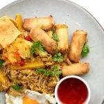 Nasi met pastinaak, sweet chili en loempia