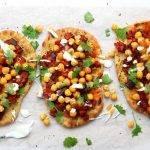 Indiase pizza van naan met aubergine en mangochutney