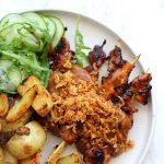 De lekkerste kipsaté met pindasaus, aardappeltjes en sla