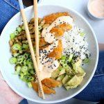 Vega poké bowl met krokante (nep)kip, avocado en srirachamayo