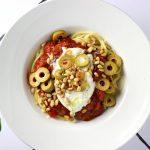 Spaghetti met (fantastische!) tomatensaus, burrata en olijven
