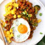 Nasi met mango, een spiegeleitje en broccoli (huh?)