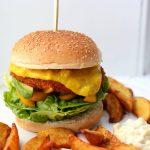 Broodje kroketburger met piccalilly, avocado en romaine sla