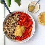 Vegan chili met paprika, quinoa en appelmoes